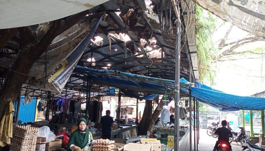 Pedagang Keluhkan Atap Pasar Margorejo Rusak Parah