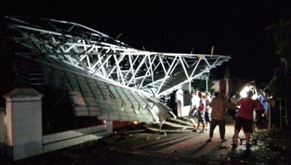 Hujan Lebat Disertai Angin, Terbangkan Atap RS Najwa Medika Baradatu