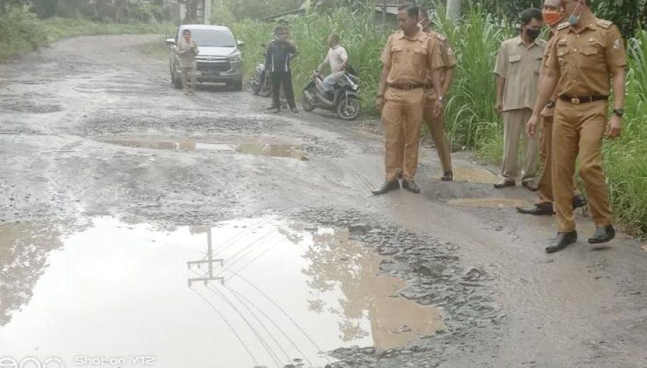 Jalan Rusak, Camat Lambu Kibang Terjun ke Lokasi
