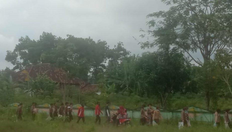 Ratusan Murid SMP KB Bersihkan Sampah di Sepanjang Jalan Tiyuh Panaragan.