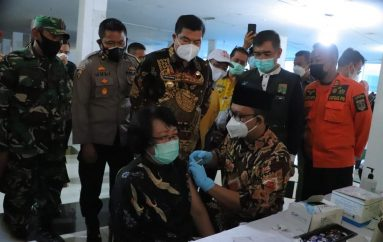 Bupati dan Wakil Bupati Lamteng Tinjau Vaksinasi Pedagang di Plaza Bandar Jaya