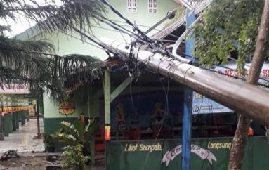 Diterjang Hujan Angin, Pohon Tumbang Tiang Listrik Roboh