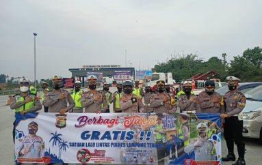 Polres Lampung Tengah Bagikan Takjil Pada Pengendara