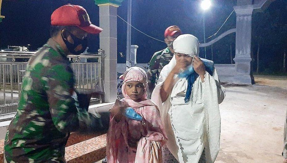 TNI Polri Pantau Prokes Shalat Tarawih di Desa Rajabasa Baru
