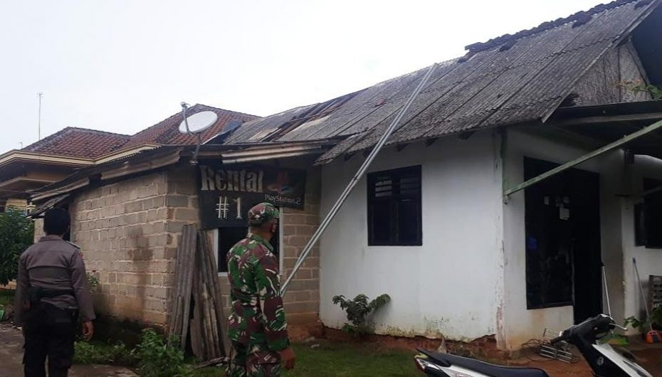TNI Peduli Bencana, Babinsa Labuhan Ratu Bantu Warga Korban Angin Puting Beliung