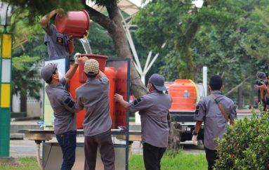 Protes, Warga Gelar Aksi Isi Air Tower Cuci Tangan