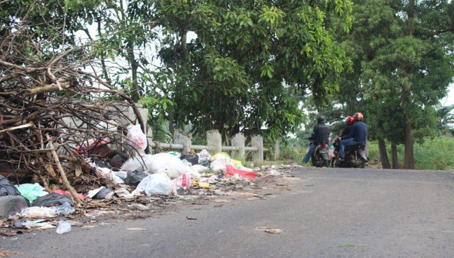 Sampah Nyaris Tutup Jalan dan Jembatan di Metro Selatan