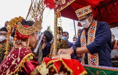Menteri Pertama, Warga Desa Rigis Jaya Tumpah Ruah Sambut Menteri Sandiaga Uno
