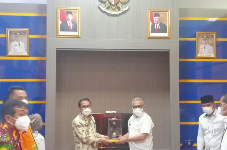 Kunker ke Bandung Barat, Wahdi Kenalkan Produk UMKM Kota Metro